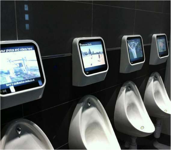 Мъжката тоалетна се превръща в център за забавление