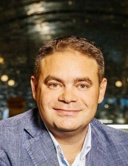 """Джейсън Кинг бе назначен за главен изпълнителен директор на Tеленор България, част от PPF Group, считано от 1 септември 2018 г. """"Щастлив съм да приветствам Джейсън Кинг като главен изпълнителен директор на Теленор България и като част от моя управленски екип. Джейсън притежава почти 20-годишна управленска кариера в глобални телекомуникационни компании в Централна и Източна Европа и има много опит в маркетинга и продажбите, съчетан с богато резюме като ръководител"""", коментира г-н Ладислав Бартоничек, отговарящ за телекомуникационните активи в PPF. """"Г-н Кинг е ценно попълнение в мениджърския екип на PPF, който ще поведе нашия бизнес в България напред"""", допълни г-н Бартоничек. Г-н Кинг е заемал различни мениджърски позиции в Deutsche Telekom, UPC Liberty Global и Veon и е изпълнявал консултантски роли в CME и Теленор Дания. """"Щастлив съм да се присъединя към екипа на Теленор в България и очаквам да имам възможността да приложа опита си от региона и света,"""" коментира Джейсън Кинг. Теленор"""